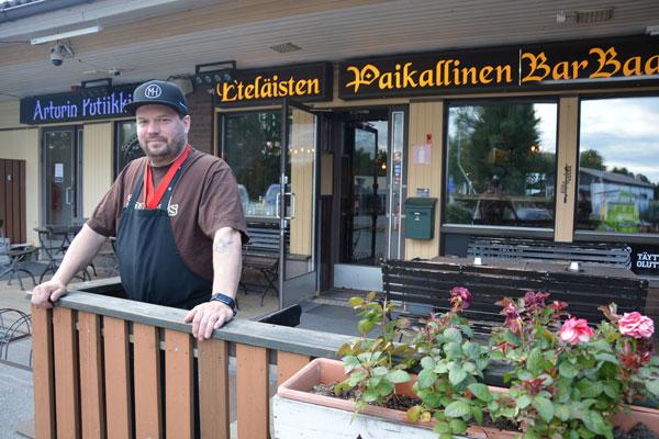 Eteläisten Paikallisen Barbaarin isäntä, Arjo Kokkola ottaa baarin pitämisen terapiana. Tärkein juttu Barbaarissa on ruoka, listalta löytyy monenlaisia herkkuja. Kuva: Susanna Mattila