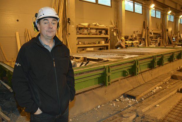 Uusia elementtejä valmistuu kääntöpöydillä. Kun betoni on kuivunut, hydrauliikka nostaa sen pystyyn ja elementti siirretään nosturilla varaston puolelle odottamaan kuljetusta, kertoo Pasi Ahonen. Kuva: Susanna Mattila
