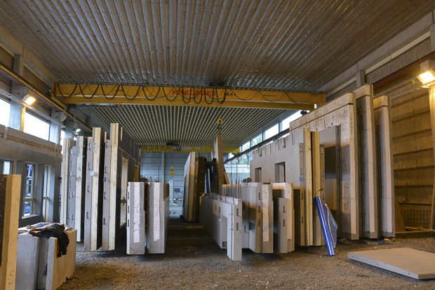 Valmistuneet elementit on jo myyty, ja odottavat kuljetusta rakennuskohteeseen. Kuva: Susanna Mattila