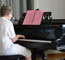 Alex Kivi lauloi ja soitti koskettavan laulun Mestaripiirros. Kuva: Susanna Mattila