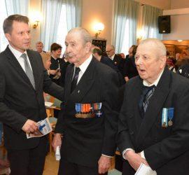 Juhlan todennäköisesti vanhin osallistuja, 102-vuotias Uuno Jussila (keskellä) ja Reino Tyrkäs, sotaveteraaneja kumpikin Nikke Keskisen kanssa juhlan päätyttyä.