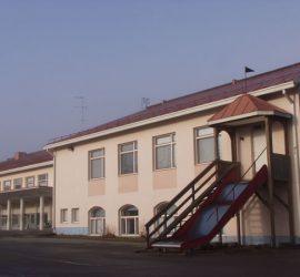 Konnarin koulun vanhin osa on sisäpihan pääoven kohdalla eli kuvassa näkyvän katoksen kohdalla. Oikealla oleva osa on rakennettu 1980-luvulla. Keskellä oleva vanhin osa on huonoimmassa kunnossa. Kuva: Matti Siivonen