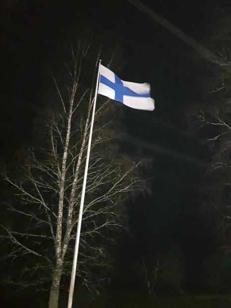 Kuvassa lipputanko on valaistu 30W Led-valolla noin 15 metrin etäisyydeltä haja-asutusalueen täydessä pimeydessä. Kuva: Rauno Parikka