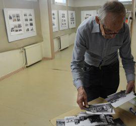 Jaakko Rautavirta käymässä läpi näyttelyyn tulevaa aineistoa Peltolehdossa. Kuva: Susanna Mattila