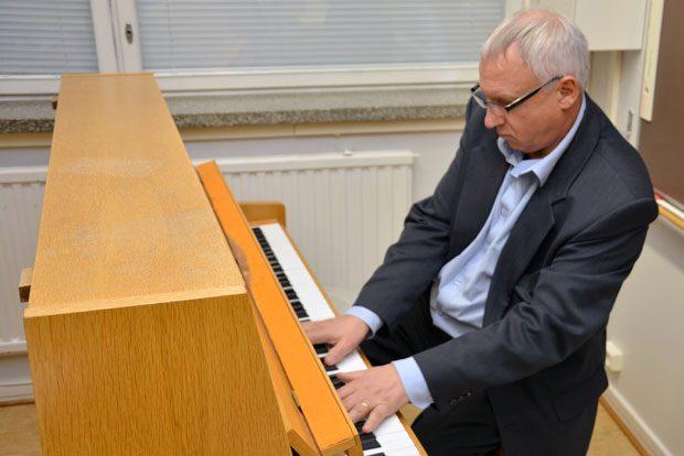 Mauri Aaltonen pitää kaikkein eniten klassisesta musiikista. Beethoven, Sibelius, Chopin – siinä muutamia suosikkeja. Kuva: Susanna Mattila