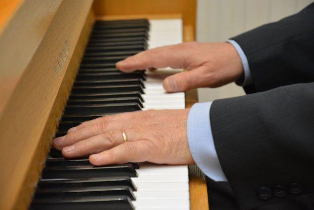 Pianonsoitto on usien yksinäistä puurtamista. Mutta Mauri Aaltonen kannustaa oppilaitaan näkemään vaivaa oppimisen eteen – siitä on varmasti jossain kohtaa paljon hyötyä ja iloa. Kuva: Susanna Mattila