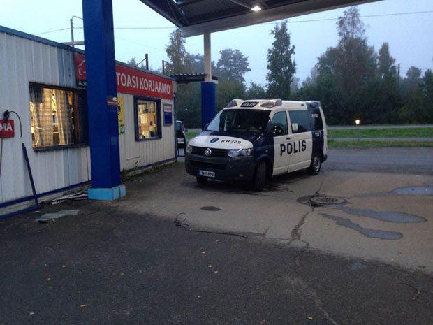 Aamu alkoi Lammin Seolla ikävissä merkeissä. Poliisia oli syytä kutsua paikalle, sillä joku oli päättänyt tulla sisälle ikkunasta ja poistunut maksamatta ostoksiaan. Kuva: Matti Vuorinen