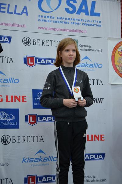 Anni Saarenpää ja pronssimitali Kultahippukisoissa Salossa. Kuva: Katja Niemi