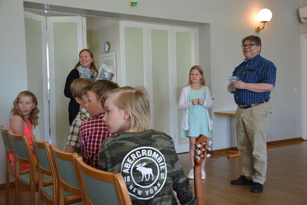 Lopuksi pidettiin perinteiset arpajaiset. Kuvassa palkinnot hankkinut Maiju Vitie-Leijala, onnettaren ja Juha Saarisen kanssa. Kuva: Susanna Mattila