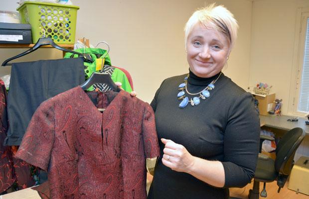 Karin Kaup ompelee niin pikkumustat kuin juhlapuvutkin siinä kuin korjausompelut ja vetoketjujen vaihdot. Kuva: Susanna Mattila