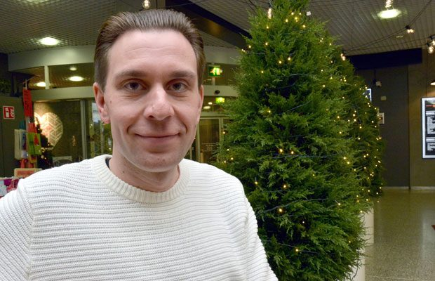 Miikka J. Anttila tekee teatteria ihan tosissaan. Työkseen hän hoitaa muun muassa Kauppapaikka Tavastilan markkinointia. Kuva: Susanna Mattila