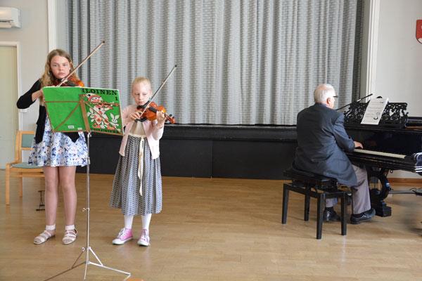 Milla Koskinen ja Sara Lahtinen esittivät Tanssin kahdelle viululle säestäjänään Mauri Aaltonen. Kuva: Susanna Mattila