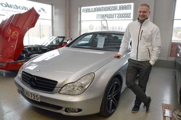 Arne Nystedt on osakkaana AD-autohuollossa, mutta toimii myös automyyjänä  ja monessa muussa hommassa Autolle.comin Tuuloksen toimipisteessä. Kuva: Susanna Mattila