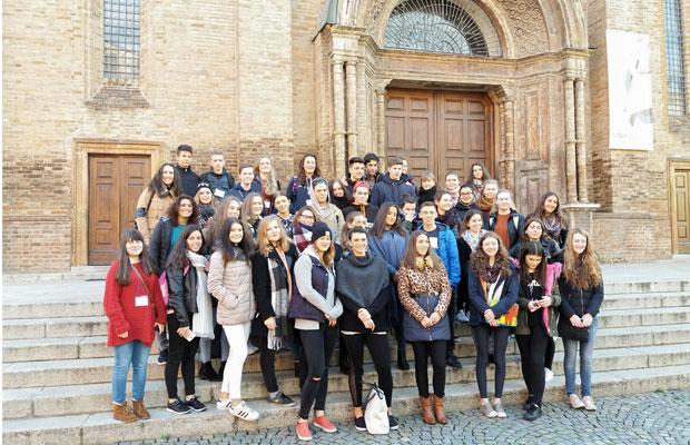 Ryhmäkuva otettiin Fiorenzuolan katedraalin edessä. Kuva: Lammin lukio
