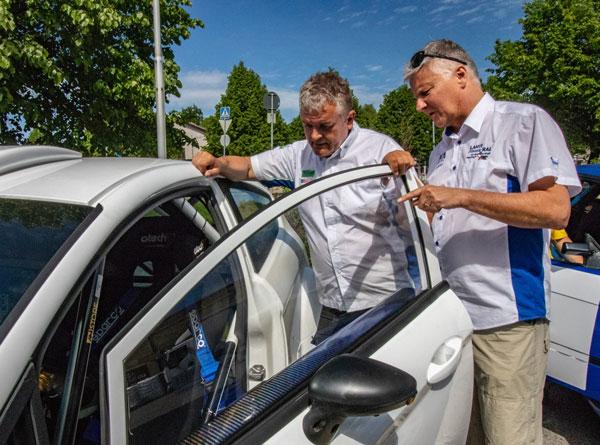 Jukka Vihtalahti ja Juha Koskinen esittelivät autoja yleisölle. Kuva: Matti Siivonen