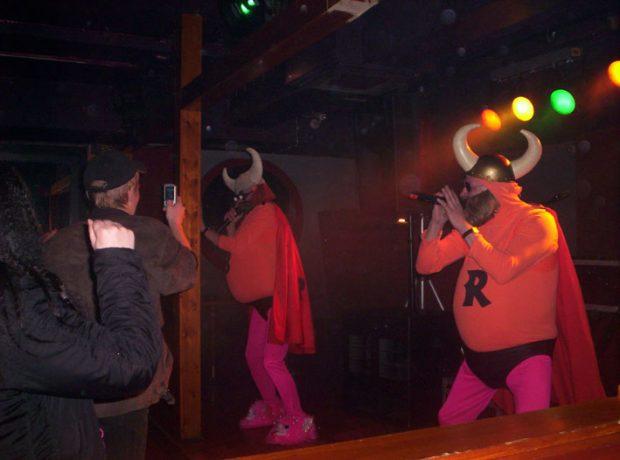 Huumorikaksikko Bat ja Ryyd pysähtyvät maailman kiertueellaan myös Lammilla. Kuva: Bat ja Ryyd