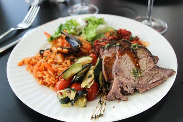 Ratatouille kruunasi ranskalaisen ruokalautasen ja lihaakin kehuttiin juuri oikein kypsytetyksi. Avajaisillan buffet oli samalla näyteikkuna Le Blasonin tarjontaan. Kaikki mikä mahdollista, valmistetaan itse.