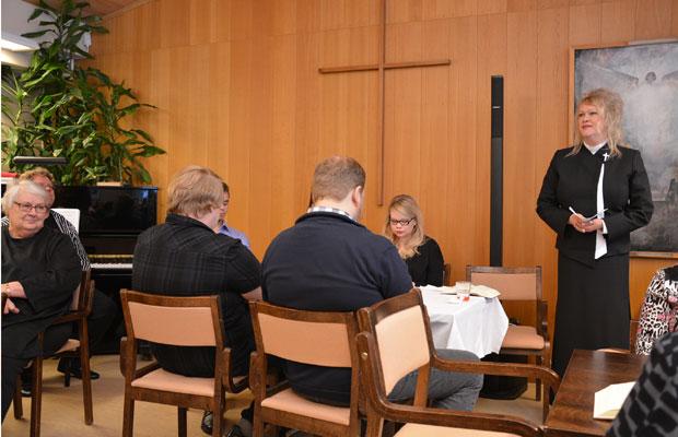 Sari Järä totesi Lutheria mukaillen, että tässä seison, enkä muuta toivoisikaan. Kuva: Susanna Mattila