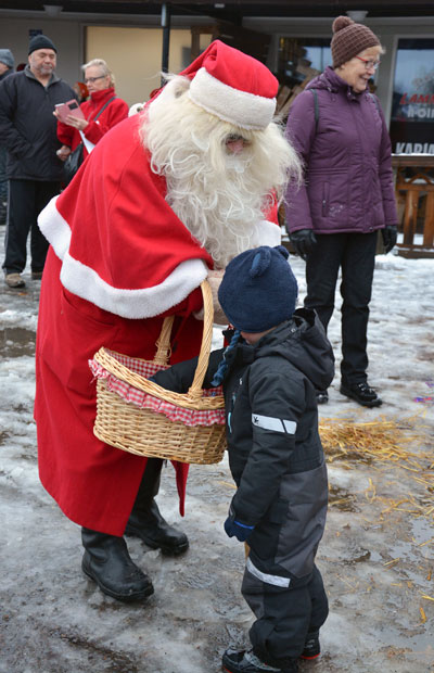 Johannes uskalsi kertoa joululahjatoiveensa Joulupukille. Palkaksi hän sai karkin. Kuva: Susanna Mattila