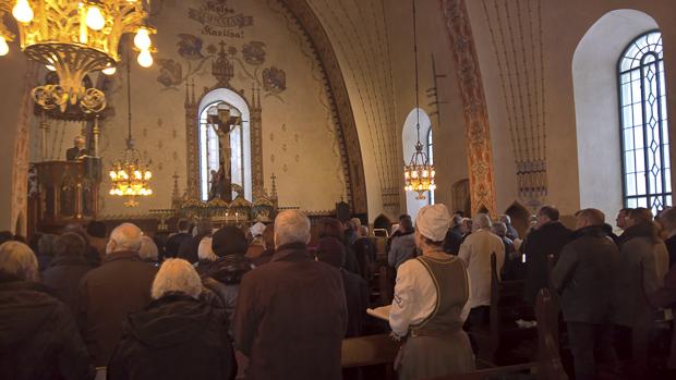 Jumalanpalveluksessa liturgia ja muut tekstit virsiä ja saarnaa lukuunottamatta kuultiin vanhalla suomella. Kuva. Susanna Mattila
