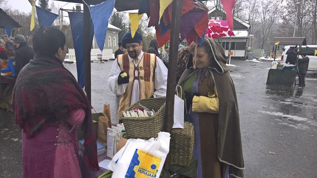 Sami Laulajainen ja Heli Ulvinen keskiajan henkeen sopivissa asuissaan.