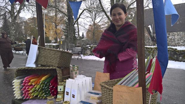 Niina Huuhtanen möi omien mehiläisten vahasta tehtyjä kynttilöitä.