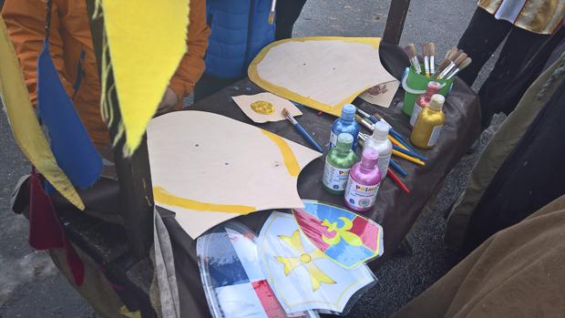 Lapset saivat maalata omat kilpensä.