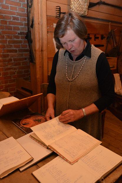 Tarja Mattila löysi oman nimikirjoituksensa kahdestakin kohtaa. Moni lammilainen on käynyt museossa koululuokkansa kanssa. Kuva: Susanna Mattila