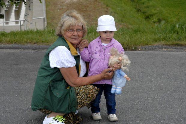 Marjatta Hinkkala lapsenlapsensa Ellan kanssa retkellä muutama vuosi sitten. Kuva: Marjata kotialbumi