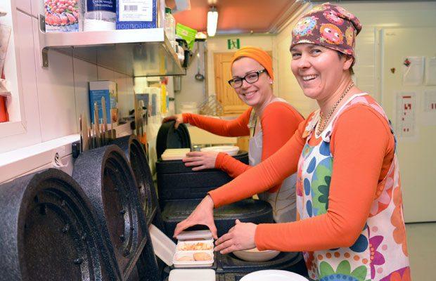 Kippolan iloiset emännät, Sanna Vallius ja Päivi Hasila valmistavat yhteensä 60 ruoka-annosta koteihin ja päiväkotiin vietäväksi, joka päivä. Kuva: Susanna Mattila
