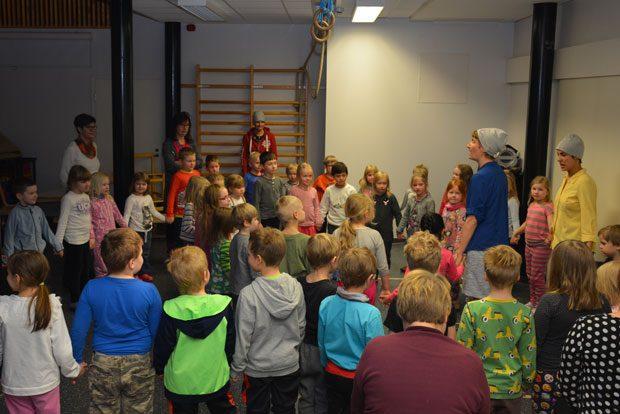 Esityksen lopuksi koko ryhmä pääsi leikkimään. Viimeisessä leikissä sai halata vieruskaveria. Kuva: Susanna Mattila