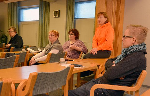 Tilaisuuden lopuksi keskusteltiin ajankohtaisista asioista. Kuva: Susanna Mattila