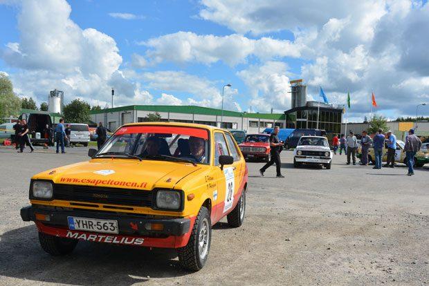 Lammin UA:n Esa Peltosella on kartturinaan Ville Häyrynen, AUK J-äijät ja alla Toyota Starlet 1300 (KP61).