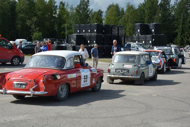 Brittikaksikon Austin Cooper S perässä ajaa Pekka Anttalainen ja Antti Hietaniemi Skoda Feliciallaan (TUA), joka myös käänsi ralliyleisön päät.