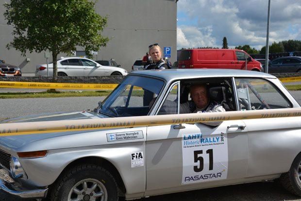 Lammin UA:ta edustava kartturi Enni Mälkönen odottamassa huoltopaikalle pääsyä kuljettaja Sverre Norrgårdin (AnkUA) kanssa.