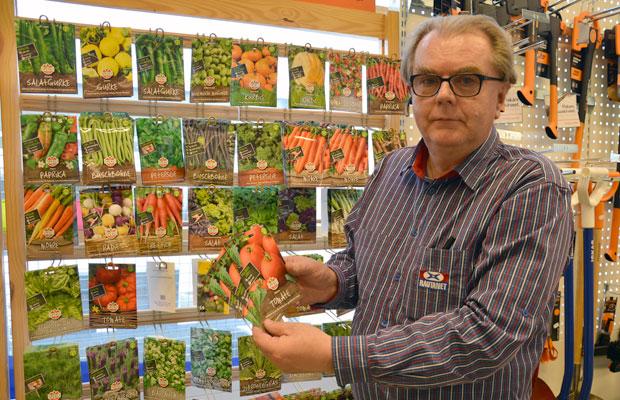 Rauno Parikka kävi koulunsa Lammilla, joten suurin osa asiakkaista on tuttuja vuosien takaa. Nyt on oikea aika laittaa tomaatin taimet alulle, Parikka muistuttaa. Kuva: Susanna Mattila