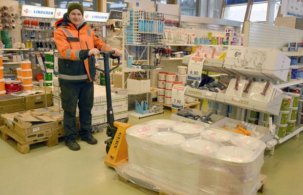 Joonas Sipponen suorittaa varastoalan ammattitutkintoa Rautanetissä. Kuva: Susanna Mattila