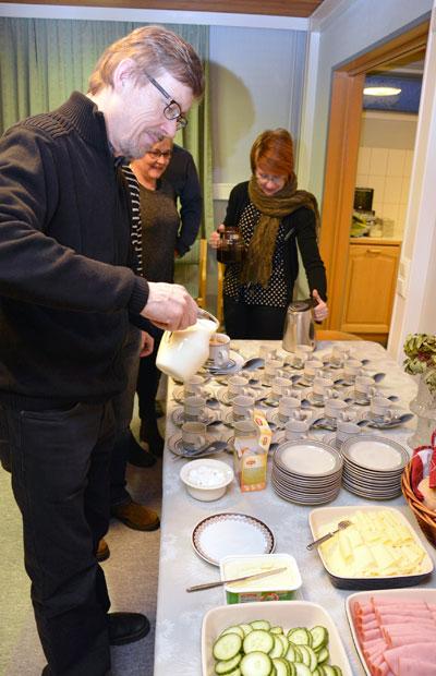 Risto Juvonen oli mukana Lammin Yrittäjien aamukahvitilaisuudessa. Anu Kerttula tarjoili aluksi kahvia ja myöhemmin antoi vinkkejä yrityksen varallisuuden hoitamiseksi. Kuva: Susanna Mattila
