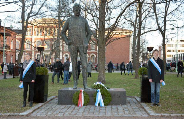 Sibeliuksen 150-vuotissyntymäpäivänä kaupunkilaiset kokoontuivat laulamaan Finlandiaa Sibeliuspuistoon. Tänä vuonna Sibelius-opistolaiset jalkautuvat vanhainkoteihin musisoimaan. Kuva: Susanna Mattila