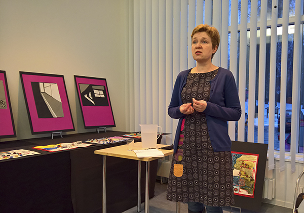 Sirpa Kähkönen oli vieraana Lammin kirjastolla tiistaina. Kähkönen kertoi kiinnostavasti kehonmuistista ja mikrohistoriasta. Kähkönen on kirjoittanut sisällissodasta paitsi tietokirjallisuutta myös fiktiota. Hänen Kuopio-sarjansa kertoo, miltä sota tuntuu kotiin jääneistä. Kuva: Susanna Mattila