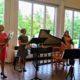 Tuuloksen kesäkonsertissa käyskenneltiin barokkipuutarhassa