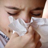 Ahdas olo, päänsärkyä, levottomuutta, jatkuvaa köhää